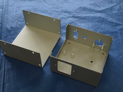 タレパン加工し圧入加工した電源機器シャーシとカバー(電源機器ケース・BOX板金加工)